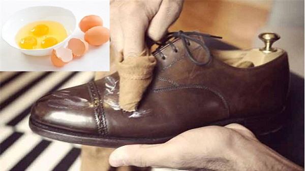 Dùng khoai tây kết hợp với lòng trẳng trứng để phục hồi giày da bị bong tróc